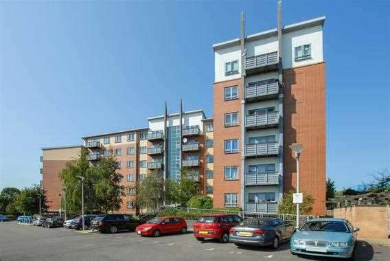 2 Bedrooms Apartment Flat for sale in Priory Heights, Buckingham Avenue, Burnham