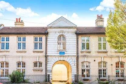 2 Bedrooms Maisonette Flat for sale in Parish Lane, London