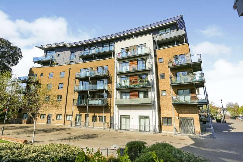 2 Bedrooms Flat for sale in Hither Green Lane, London, London, SE13