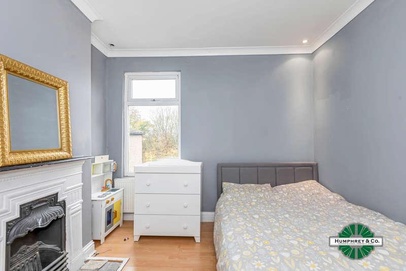 2 Bedrooms Flat for sale in Wanstead Park Road, IG1 3TL
