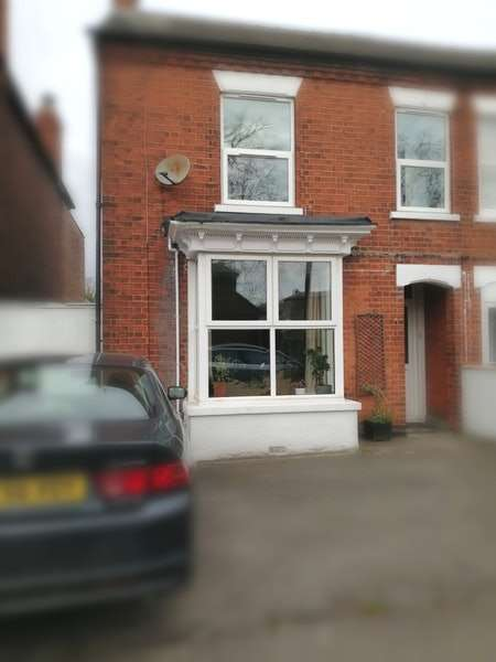3 Bedrooms Semi Detached House for sale in Park Road, Spalding, Lincolnshire, PE11