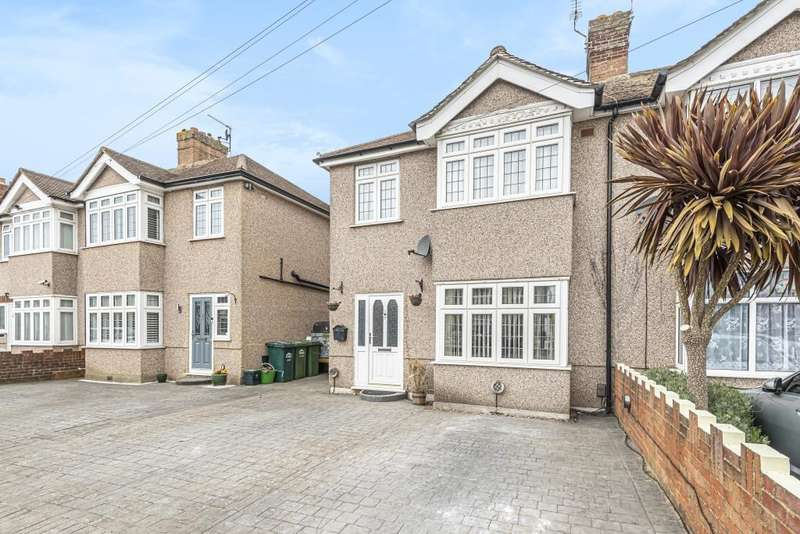 3 Bedrooms Semi Detached House for sale in Avondale Road, Ashford, TW15