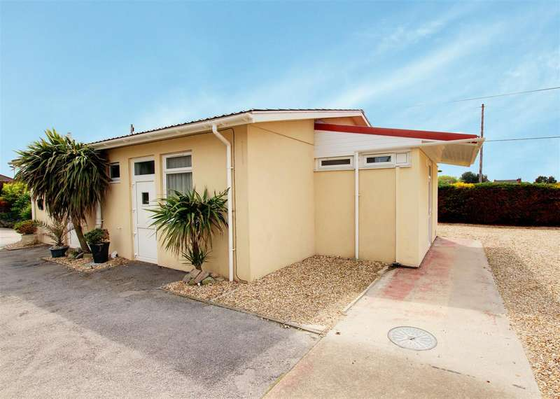 3 Bedrooms Detached Bungalow for sale in Queens Park Close, Mablethorpe