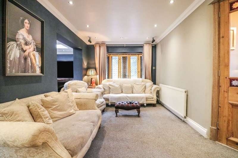 3 Bedrooms Detached House for sale in Carswell Close, Ilford, IG4