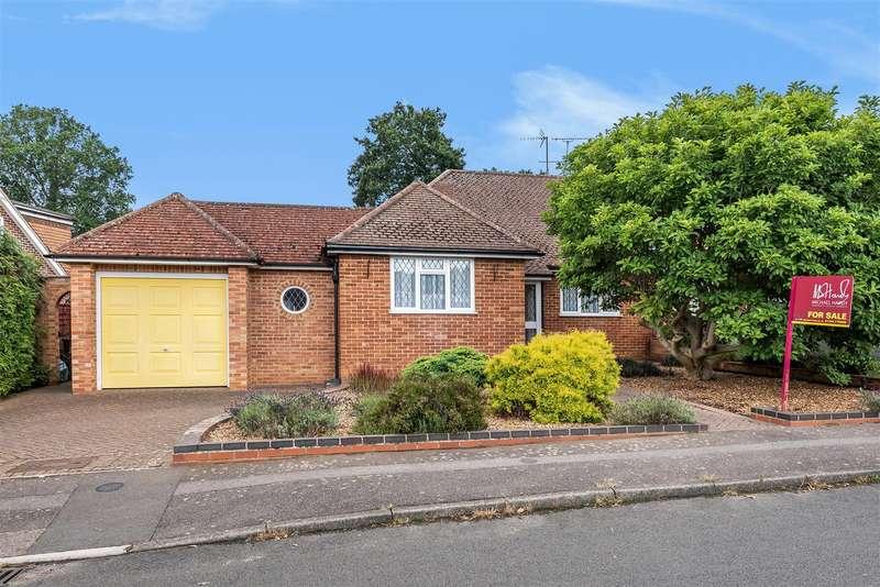 2 Bedrooms Semi Detached Bungalow for sale in Farm Close, Crowthorne, Berkshire, RG45 6SE