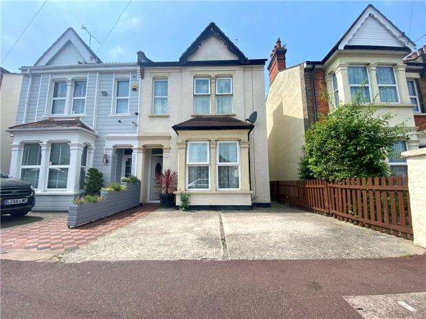 3 Bedrooms Semi Detached House for sale in SO Chelmsford Avenue, Southend-on-Sea, Essex