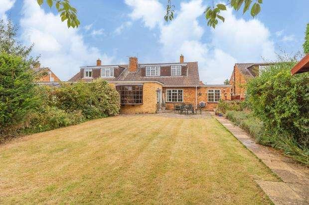 3 Bedrooms Semi Detached Bungalow for sale in Longmead, Windsor, Berkshire
