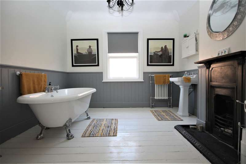5 Bedrooms Semi Detached House for sale in Penfold Road, Clacton on Sea