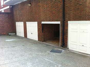 Garages Garage / Parking for sale in Lock-Up, Pavilion Road, SW1