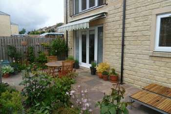 2 Bedrooms Flat for sale in Claremount Road, Halifax