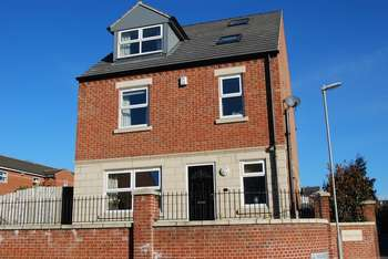 5 Bedrooms Detached House for sale in Village Court, Barnsley