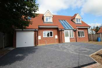 4 Bedrooms Property for sale in Little Plumstead, Norwich