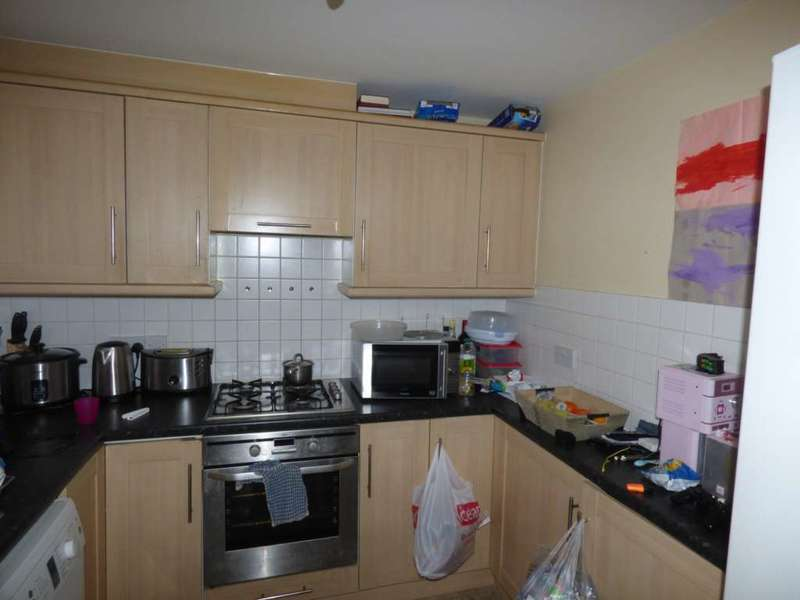 2 Bedrooms Flat for sale in Hawksbury Close, Hainault, Ilford, Essex IG6