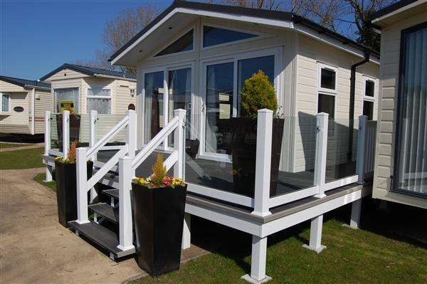 3 Bedrooms Bungalow for sale in The Contemporary Holiday Cabin, Rockley Park, Poole