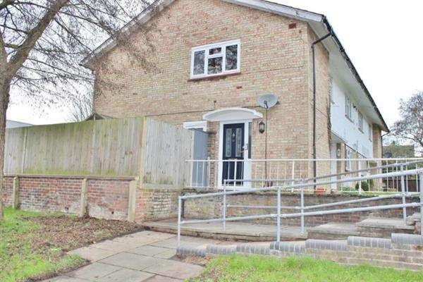 2 Bedrooms Maisonette Flat for sale in Dickens Road, Crawley