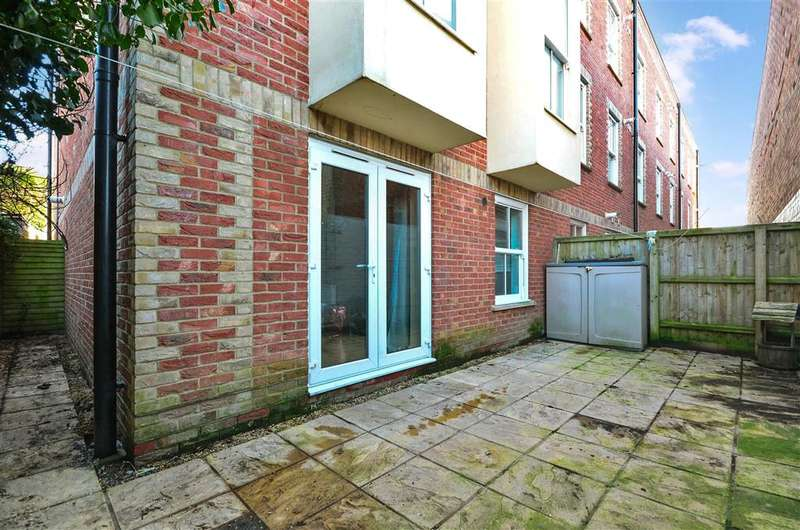 2 Bedrooms Apartment Flat for sale in South Street, Newport, Isle of Wight