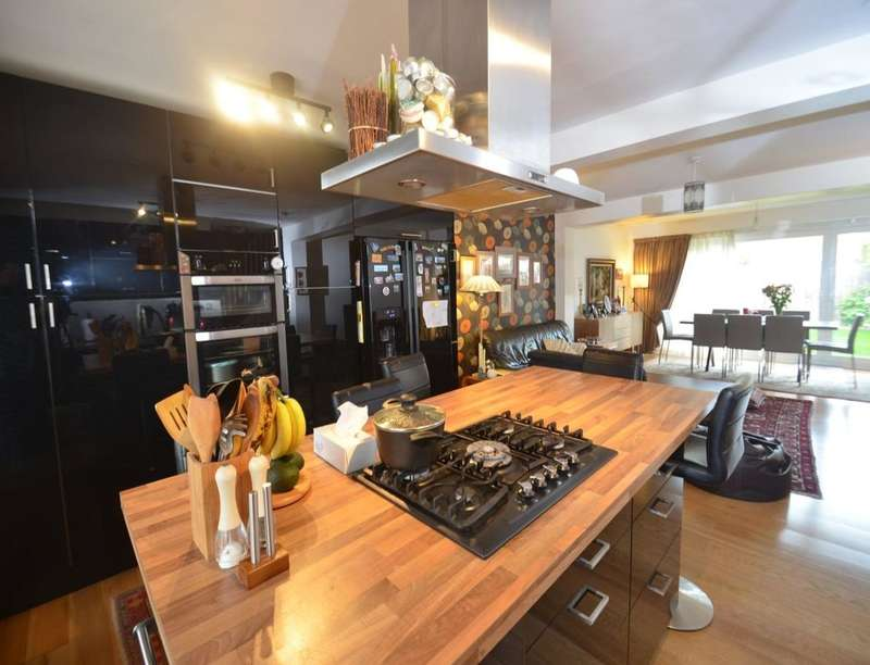 3 Bedrooms Detached House for sale in Deeside Road, London, SW17