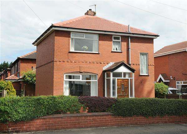 3 Bedrooms Detached House for sale in 6 Elsinore Avenue, Irlam M44 6NP