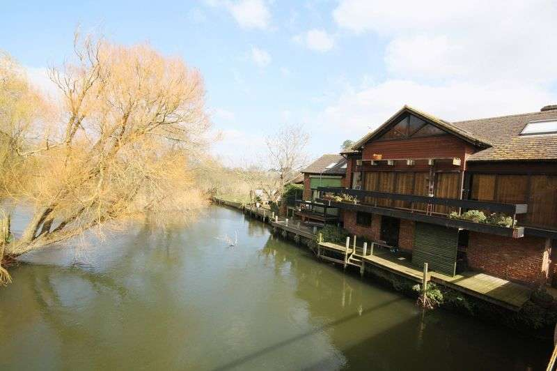 4 Bedrooms Detached House for sale in Four Bedroom with River Frontage, Christchurch Town Centre