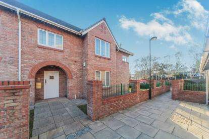 2 Bedrooms Flat for sale in Great Oak Drive, Altrincham, Greater Manchester