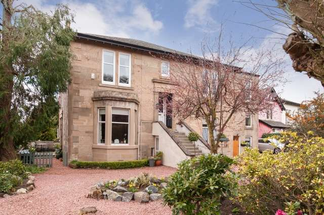3 Bedrooms Flat for sale in Barclaven Road, Kilmacolm, West Renfrewshire, PA13 4DQ