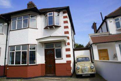 3 Bedrooms Semi Detached House for sale in Chatsworth Avenue, London