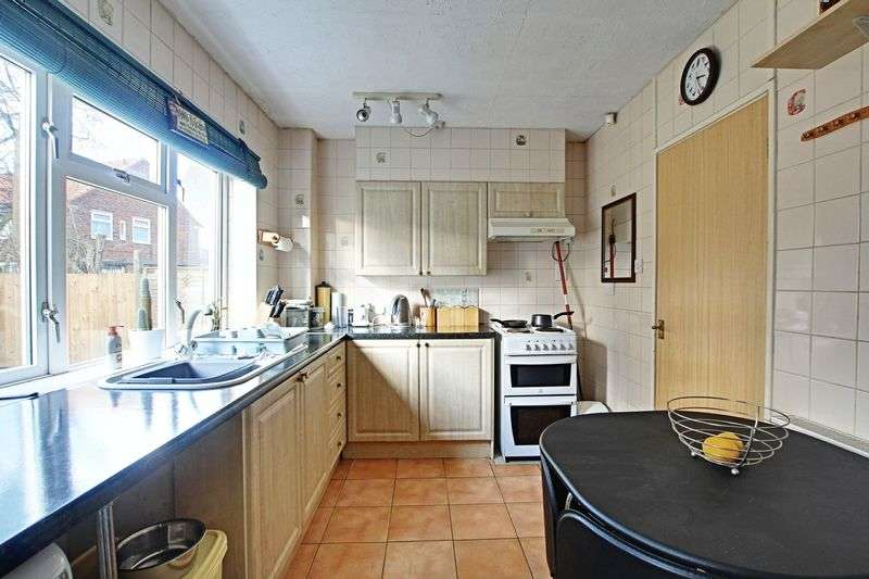 3 Bedrooms Semi Detached House for sale in Leander Road, Hull