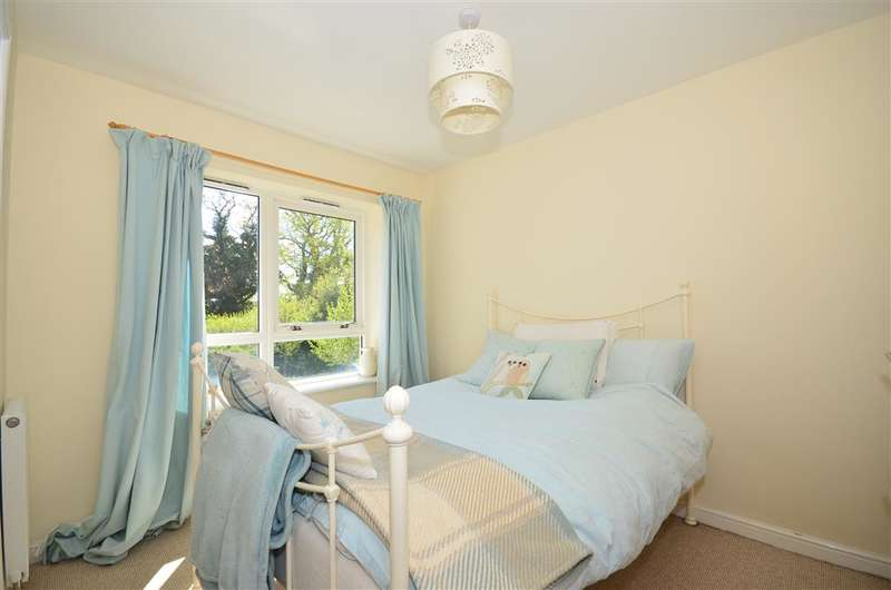4 Bedrooms Town House for sale in Hever Gardens, Ashford, Kent