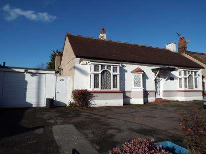 3 Bedrooms Bungalow for sale in Ilford, Essex
