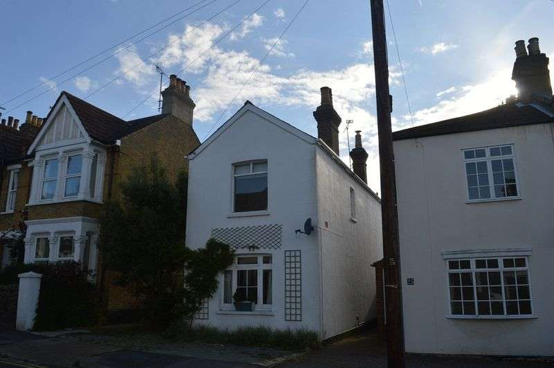 3 Bedrooms Detached House for sale in Lymington Avenue, Leigh-On-Sea