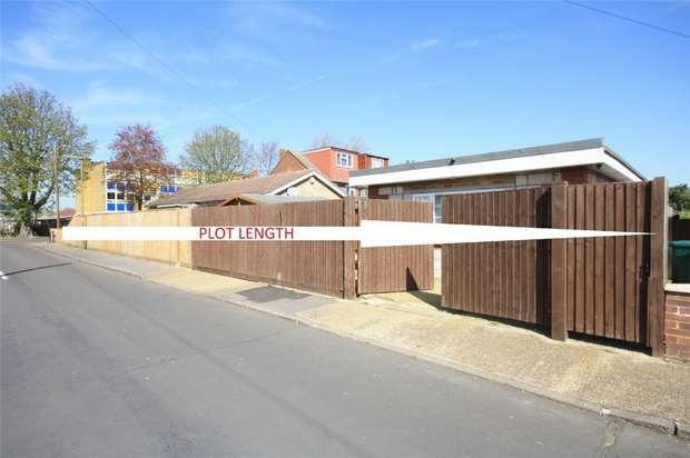 3 Bedrooms Detached Bungalow for sale in Park Road, Ashford, Surrey