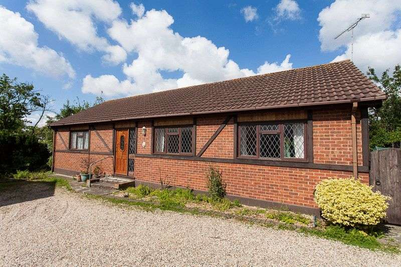 2 Bedrooms Detached Bungalow for sale in Kenilworth Gardens, Westcliff-On-Sea