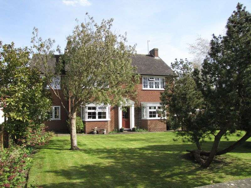 5 Bedrooms Detached House for sale in Shepperton Close,
