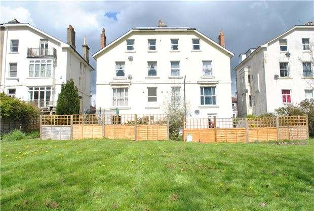 2 Bedrooms Flat for sale in Queens Road, TUNBRIDGE WELLS, Kent, TN4 9LU