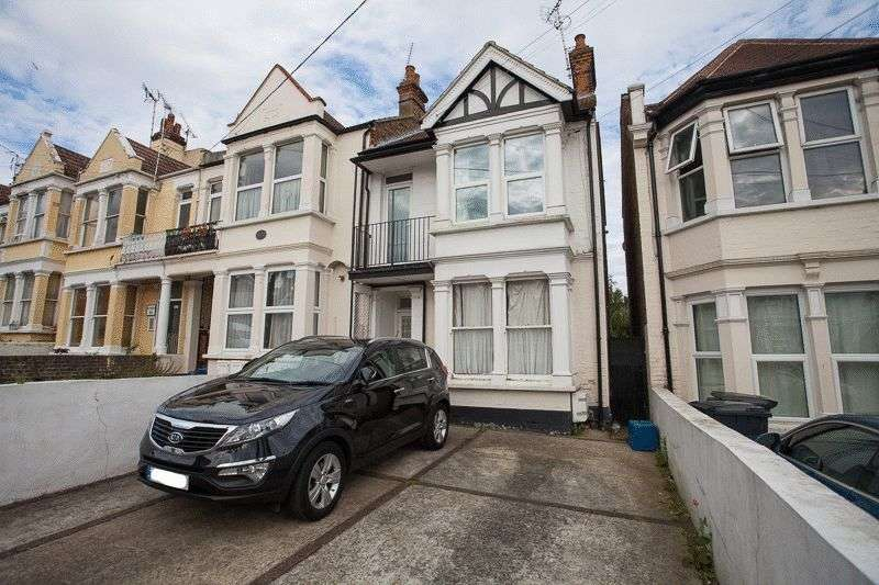 2 Bedrooms Flat for sale in Seaforth Road, Westcliff-On-Sea