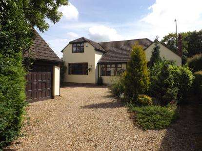 4 Bedrooms Bungalow for sale in Luton Road, Chalton, Luton, Bedfordshire