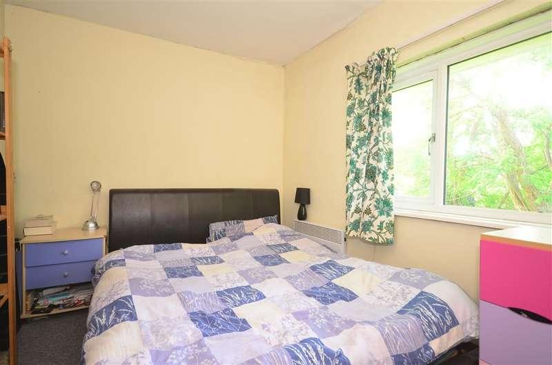2 Bedrooms Maisonette Flat for sale in Chestnut Gardens, Horsham, West Sussex