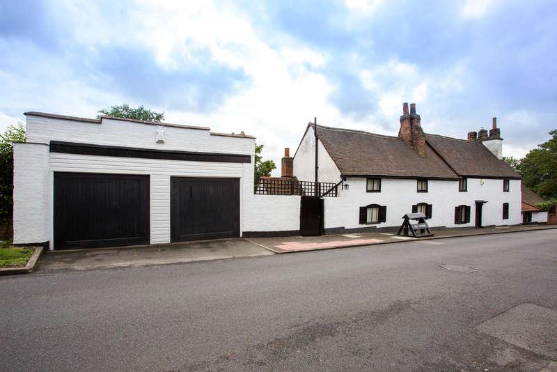 4 Bedrooms Detached House for sale in Chislehurst Road, Bickley