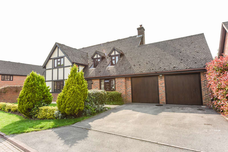 4 Bedrooms Detached House for sale in Brooklyn Close, Waltham Chase