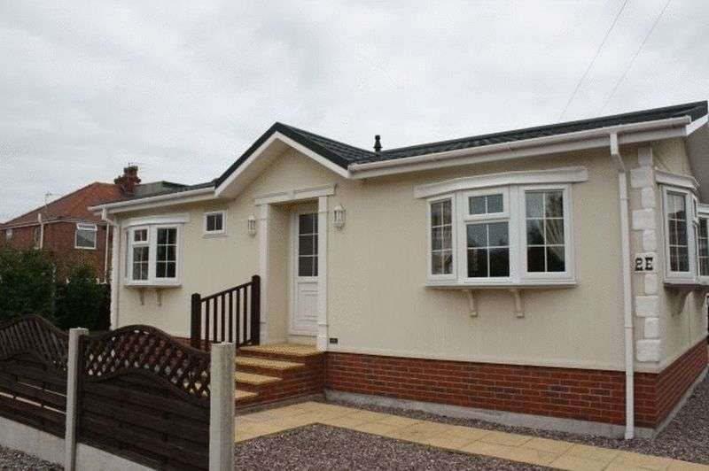 2 Bedrooms Bungalow for sale in 2E Richmond Hill Park, Ivy Avenue, Blackpool, FY4 3RU
