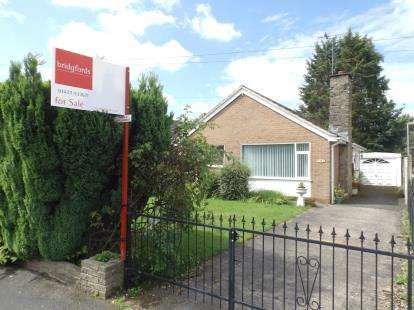 2 Bedrooms Bungalow for sale in Alumbrook Avenue, Holmes Chapel, Crewe, Cheshire