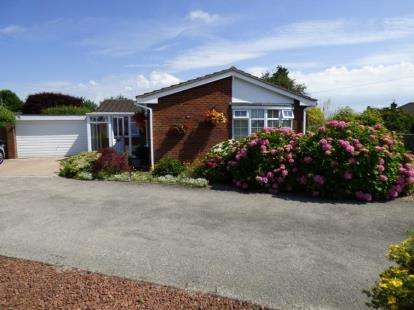 3 Bedrooms Bungalow for sale in Bromfield Close, Mold, Flintshire, CH7