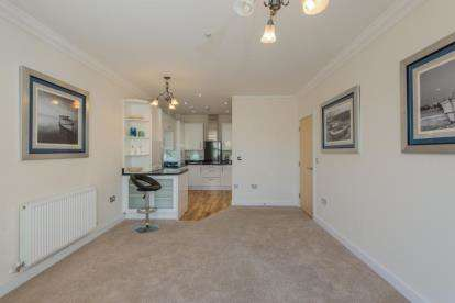 2 Bedrooms Flat for sale in Victoria Road, Netley Abbey, Southampton