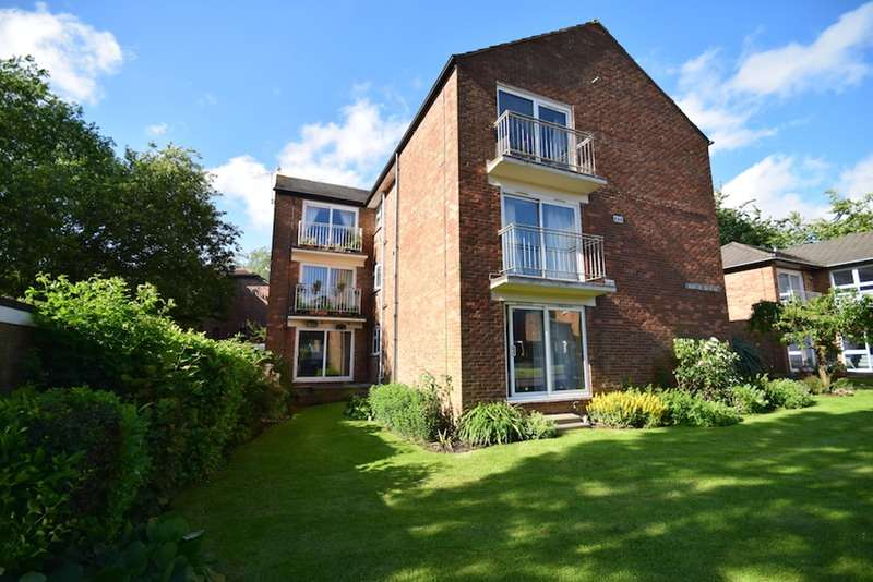 2 Bedrooms Flat for sale in Newlands Crescent, East Grinstead, West Sussex, RH19