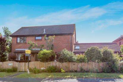 5 Bedrooms Detached House for sale in Manor Road, Hayling Island, Hampshire