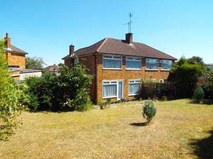 3 Bedrooms Semi Detached House for sale in Holmwood Close, Dunstable, Bedfordshire