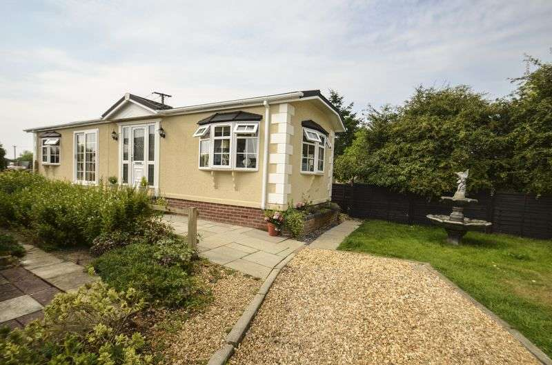 2 Bedrooms Detached Bungalow for sale in Fleur-de-Lys Park, Pilley