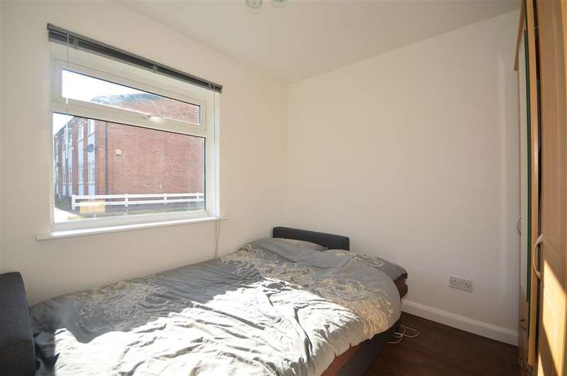 2 Bedrooms Maisonette Flat for sale in Oaks Lane, Ilford, Essex