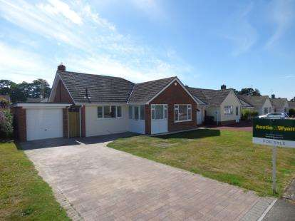 3 Bedrooms Detached House for sale in Highcliffe, Christchurch, Dorset