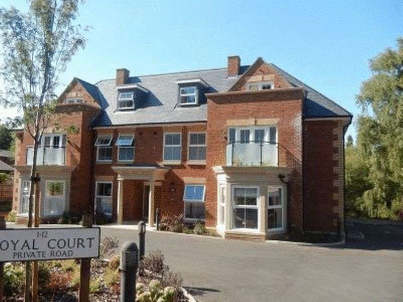 3 Bedrooms Flat for sale in Royal Court, Chandos Road, Buckingham